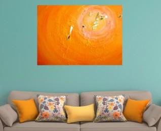 Schilderij abstract oranje - Licht spiegelbeeld boven grijze bank met gele kussens
