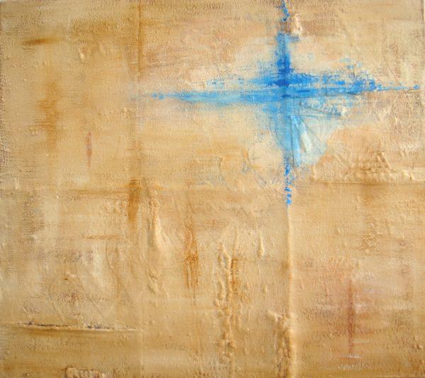Spoor van liefde II is een abstract 3D schilderij in aardetinten, crème en blauw met zand en stoffen harten erop