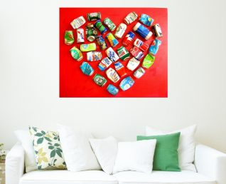 Schilderij met groot hart Platgetrapt hart boven witte bank