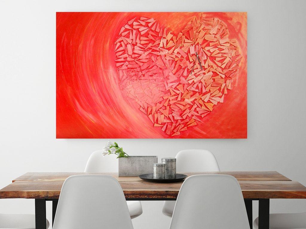 Rood schilderij Tikkend hart boven houten eettafel - Marloes van Zoelen