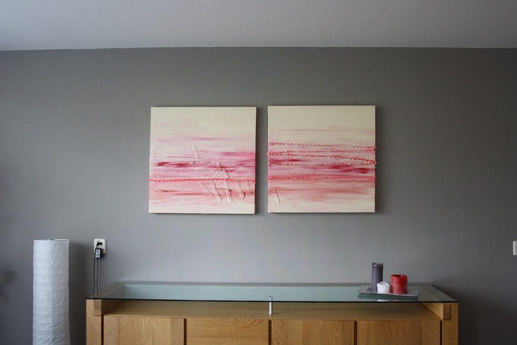 Schilderij Dubbelspoor van Marloes van Zoelen boven houten dressoir