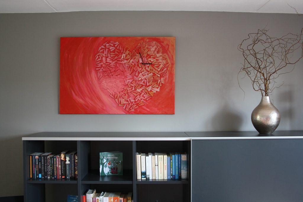 Schilderij Tikkend hart van Marloes van Zoelen boven zwarte kast