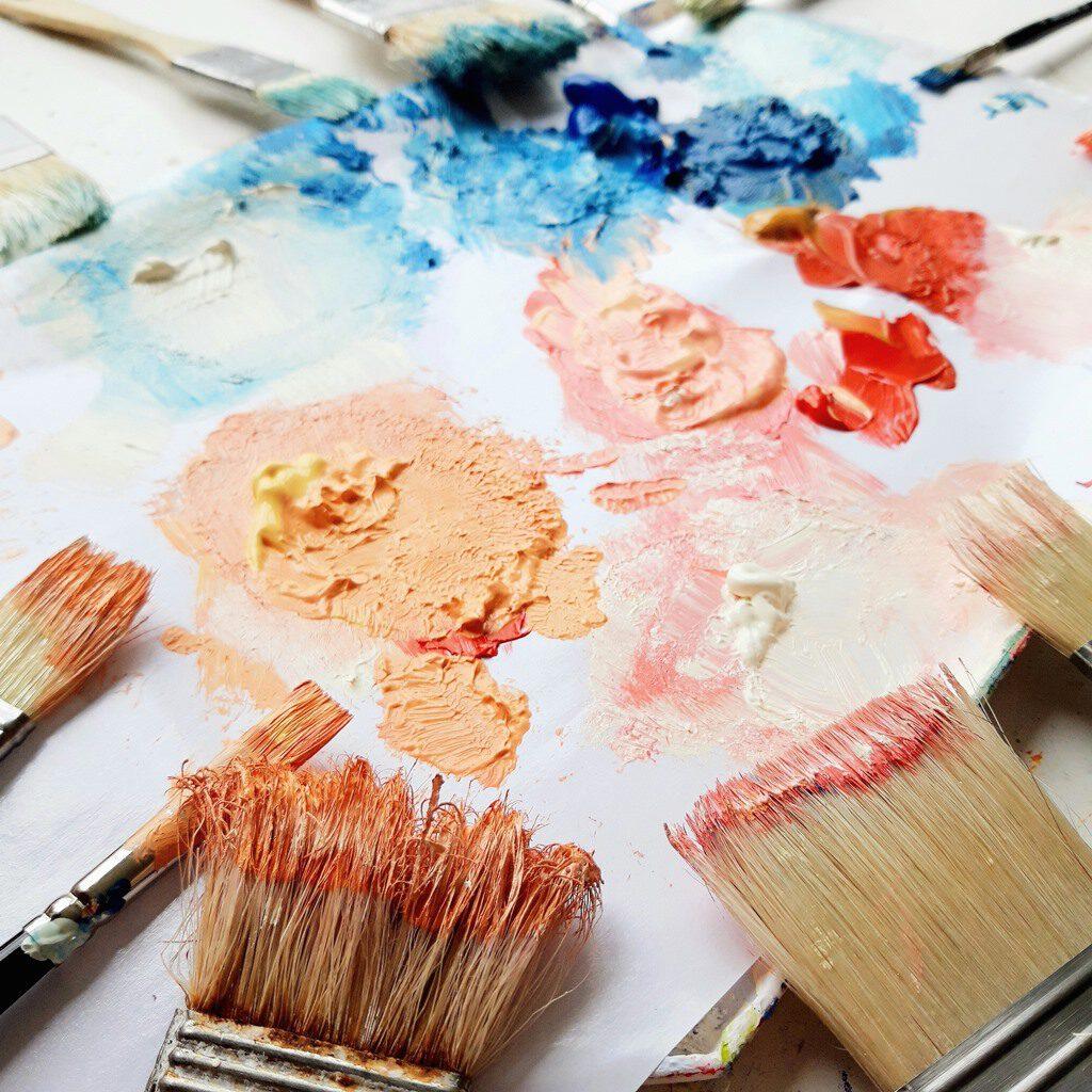 Palet met verf - Marloes van Zoelen - Abstracte schilderijen met betekenis