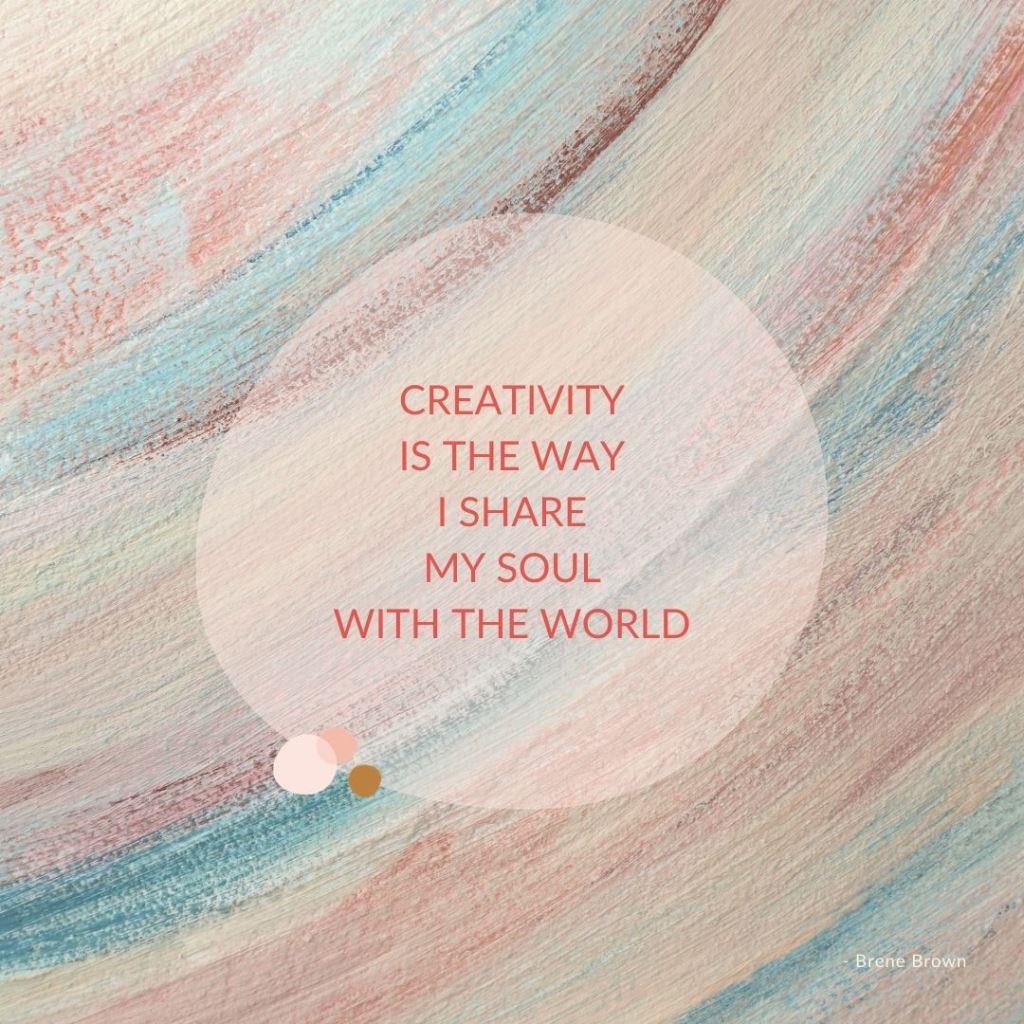 Quote Creativity is the way I share my soul van Brene Brown op een detail van een maatwerk schilderij van Marloes van Zoelen