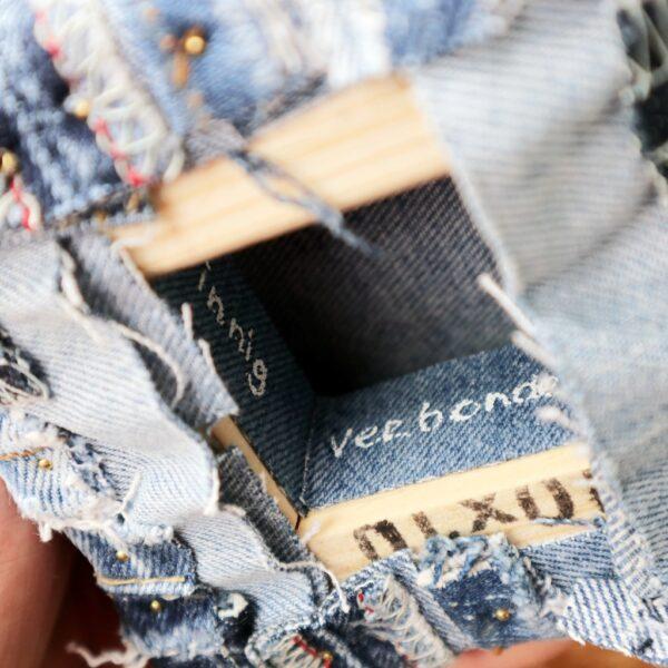 Jeans schilderij - Innig verbonden I - Label - Marloes van Zoelen