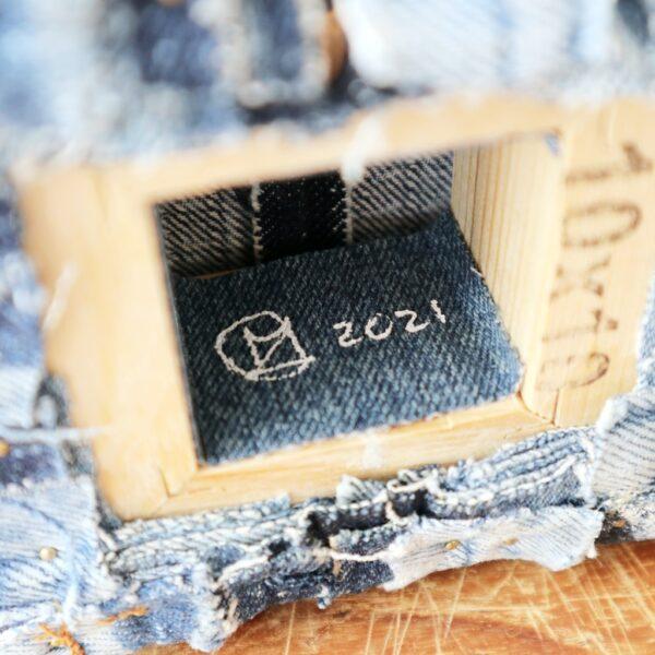Schilderij met lapjes stof - Innig verbonden - Label - Marloes van Zoelen