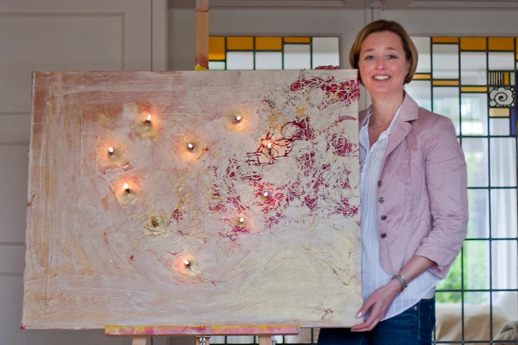 Marloes van Zoelen met schilderij Verlicht hart
